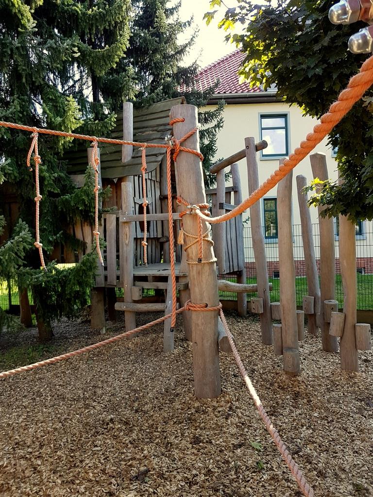 """Ein Teil des Kletterparcours für die """"Großen"""". Es gibt viele Wege und Schwierigkeiten und ein großes Baumhaus. Wer fällt, fällt dennoch weich."""