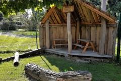 Das ist die kleine Hütte als Alternative für die kleineren zum großen Baumhaus und außerdem auch ein guter Regenschutz.