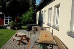 Die große Terasse kann bei Bedarf auch in Schatten gehüllt werden und hat Platz für viele Tische und Bänke, gerade so, wie man es braucht.