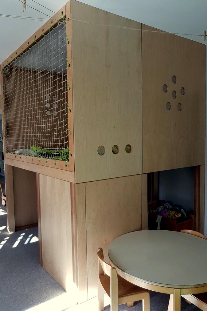 Das grosse Hochpodest im Gruppenraum. Hier kommen nur die größeren Kinder hoch. Darunter befindet sich die Spielküche. Verstecken, Entdecken, Rückzugsorte, Spielorte waren uns sehr wichtig bei der Neugestaltung des Gruppenraums.