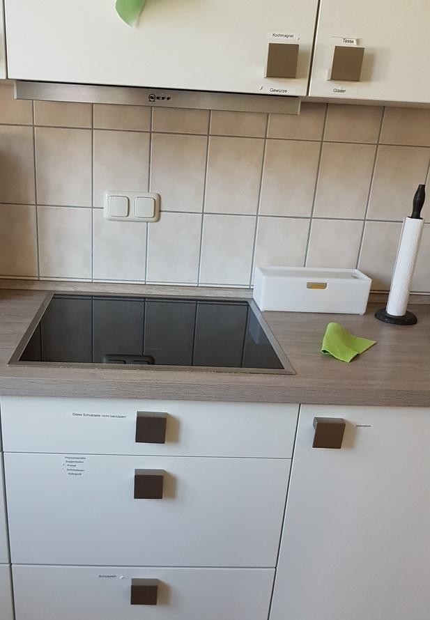 Unsere grosse Küche hat einen Induktionsherd. Das ermöglicht es, dass die Kinder in der Zwergenküche prima mitmachen könnnen. Visuelles Management hilft hier auch den Erwachsenen beim Finden der richtigen Schubladen.