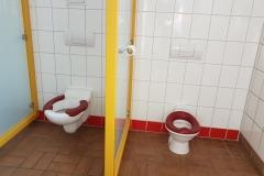 Auch die Kindertoiletten (es sind drei) mit unterschiedlichen Größen und Sichtschutz.
